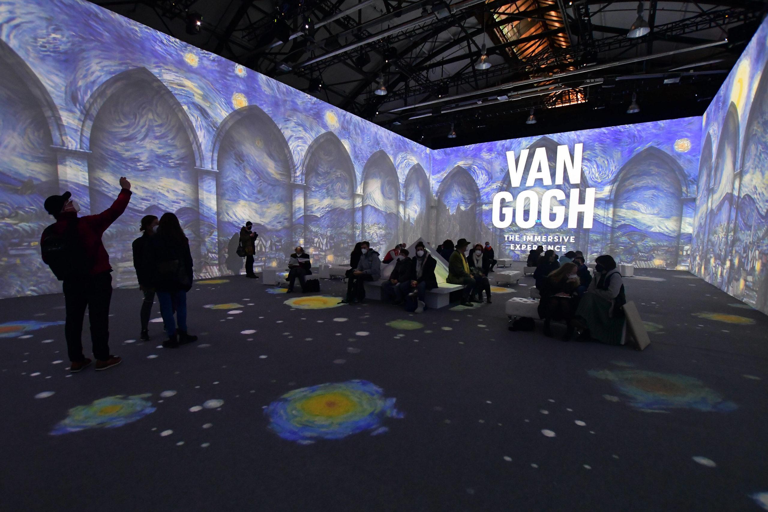 Die Besucher:innen können sich hinsetzen und entspannt der Ausstellung folgen. Foto: Imago/Photopress Müller