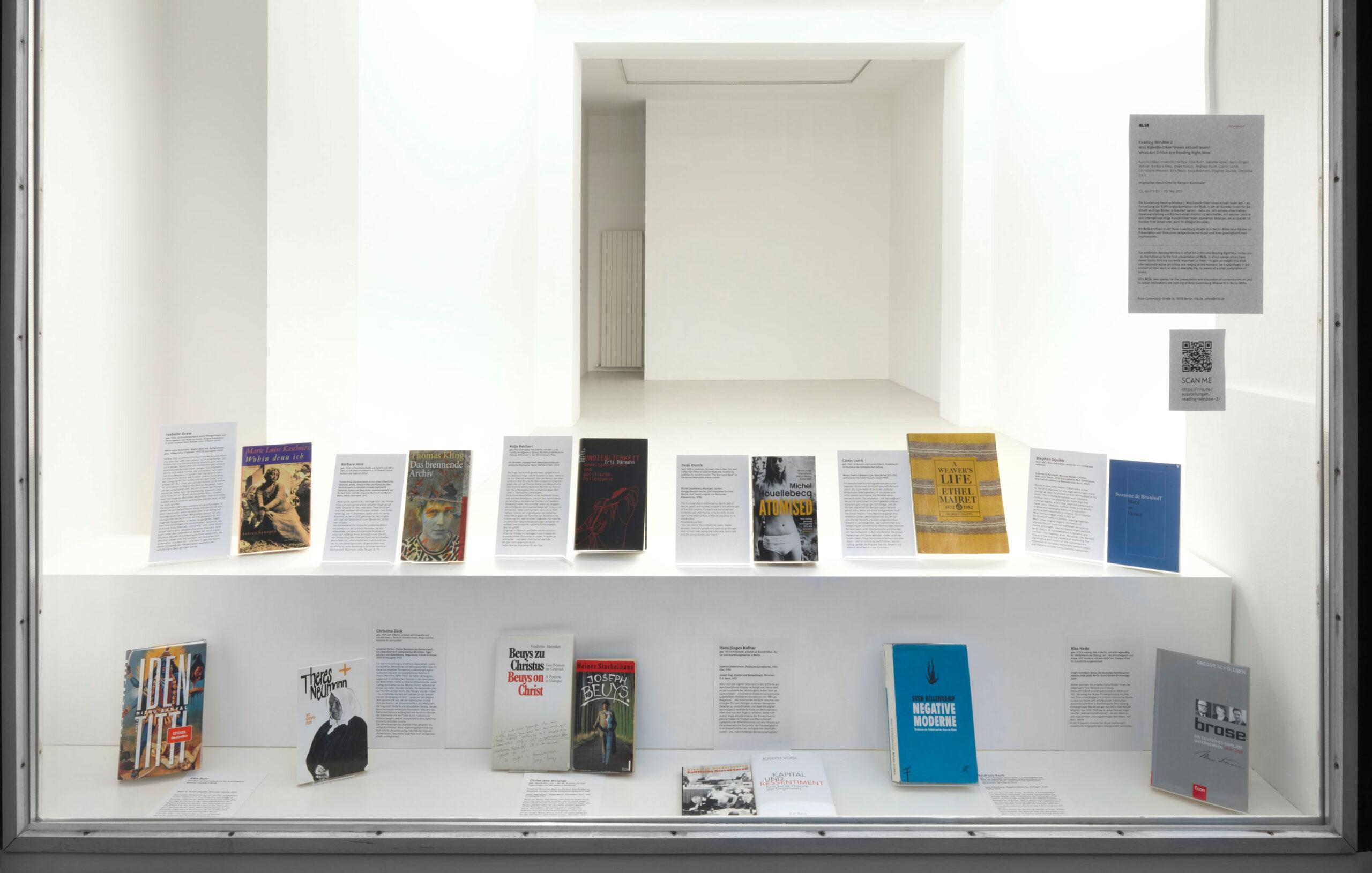 Was liest die Kunstkritik? RL16 gibt mit einer Schaufensterausstellung Antworten darauf. Foto: Jens Ziehe