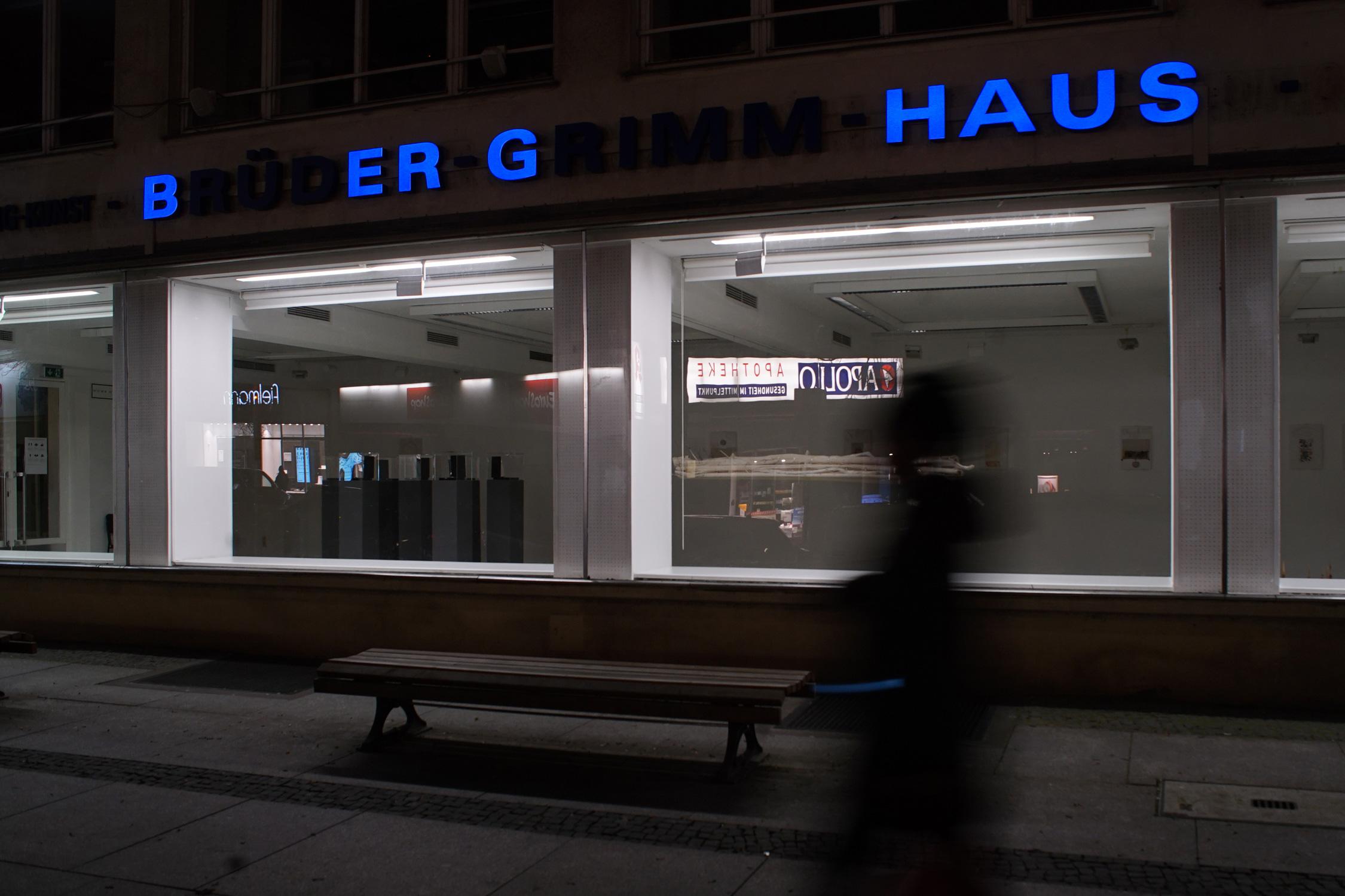 """""""15 Buchstaben – 101 Wörter"""": Über dem Schaufenster der Galerie Nord läuft eine Kunstaktion. Foto: Penelope Wehrli, 2021"""
