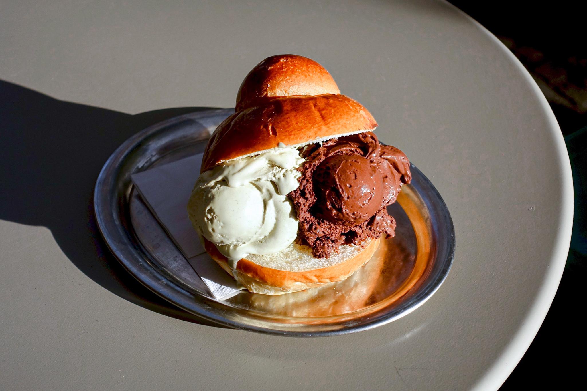 Brioche mit Eis bei Duo Sicilian Ice Cream in der Sonne