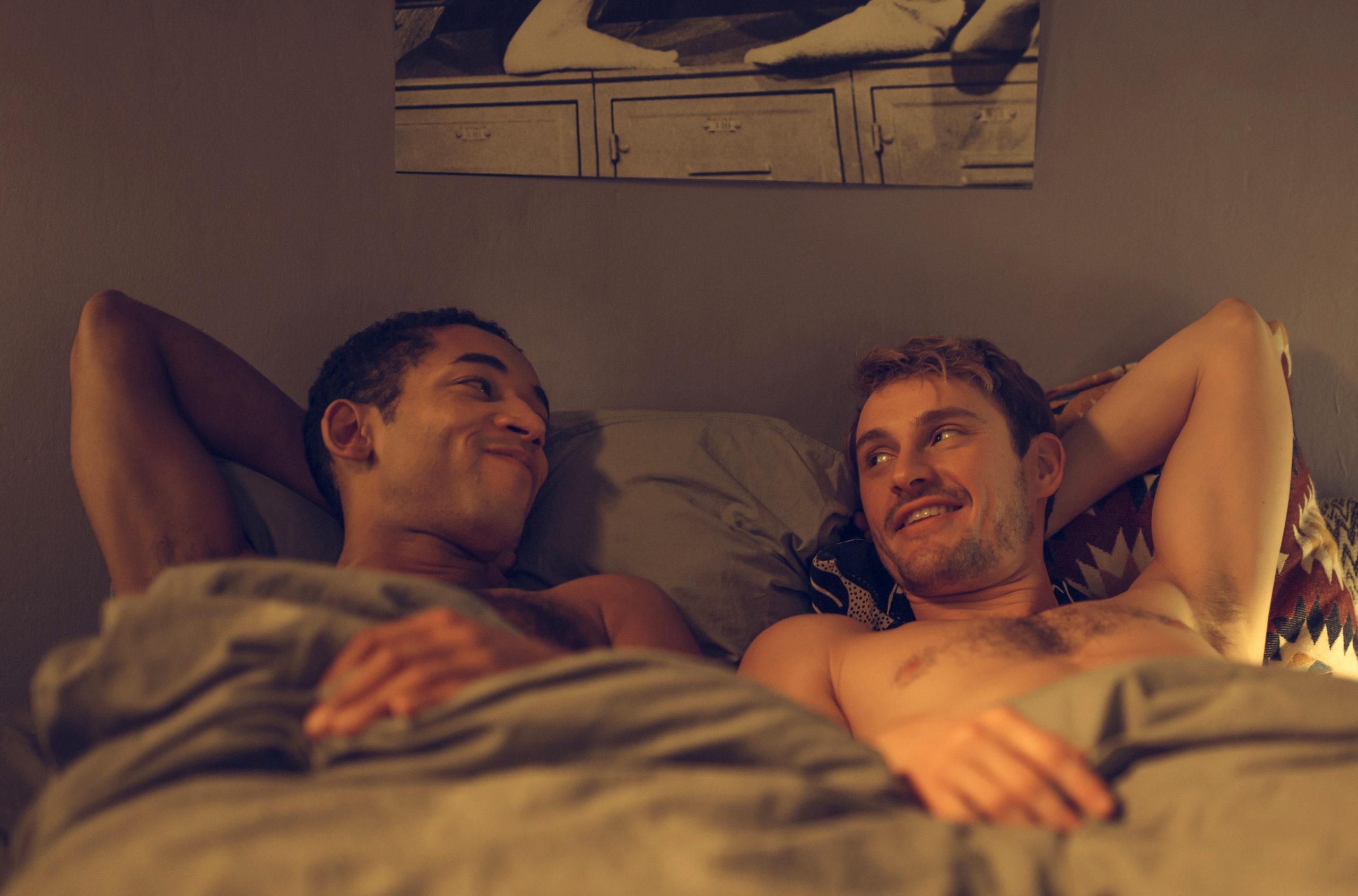 """Endlich keine Quoten-Queers mehr: Vince (Benito Bause) und Robbie (Frédéric Brossier) in der queeren Serie """"All You Need"""". Foto: ARD Degeto/Andrea Hansen"""