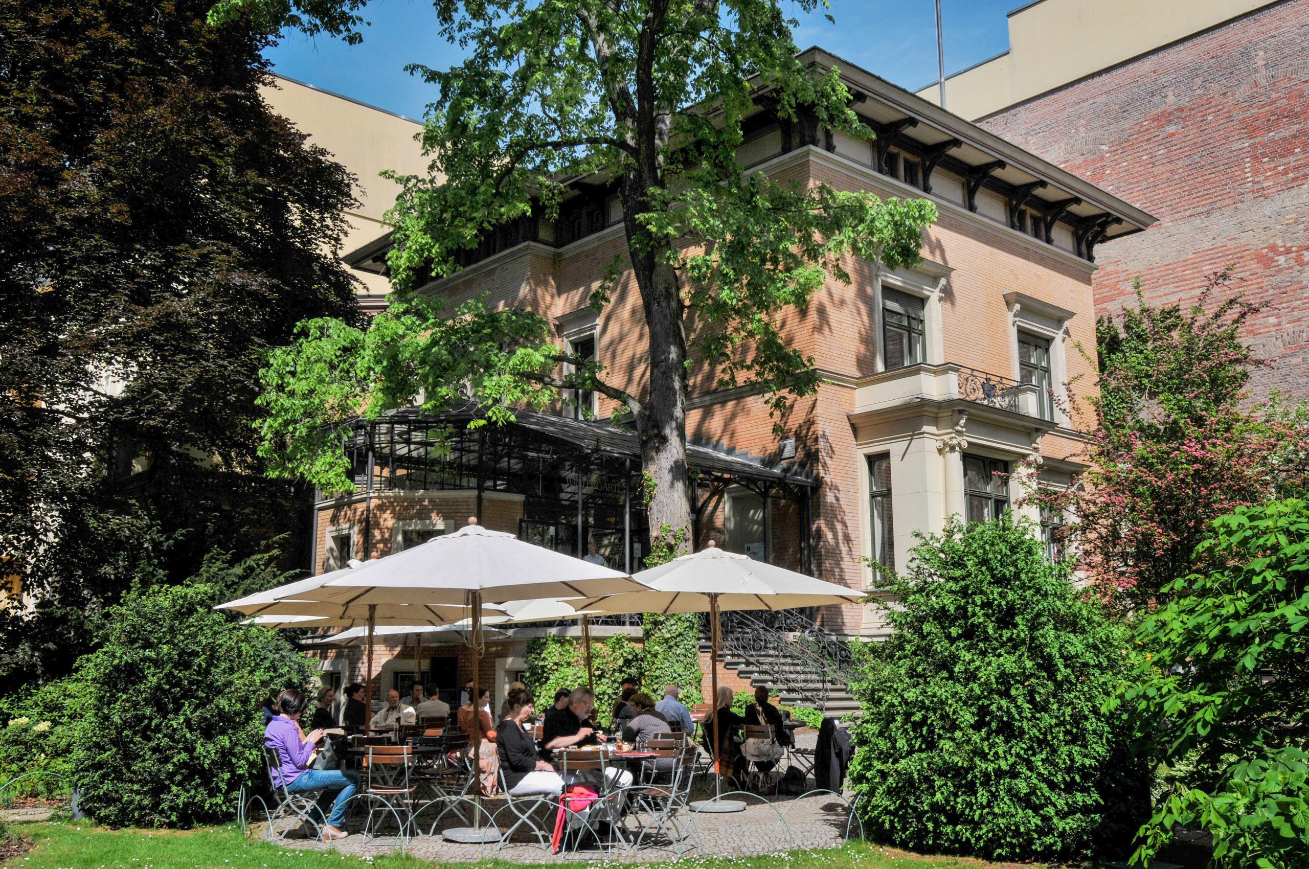 Cafés Berlin as Café im Literaturhaus ist ein lauschiges Plätzchen, das Sonnenschein, Frühstück, Kuchen und wechselnde warme Küche bietet.