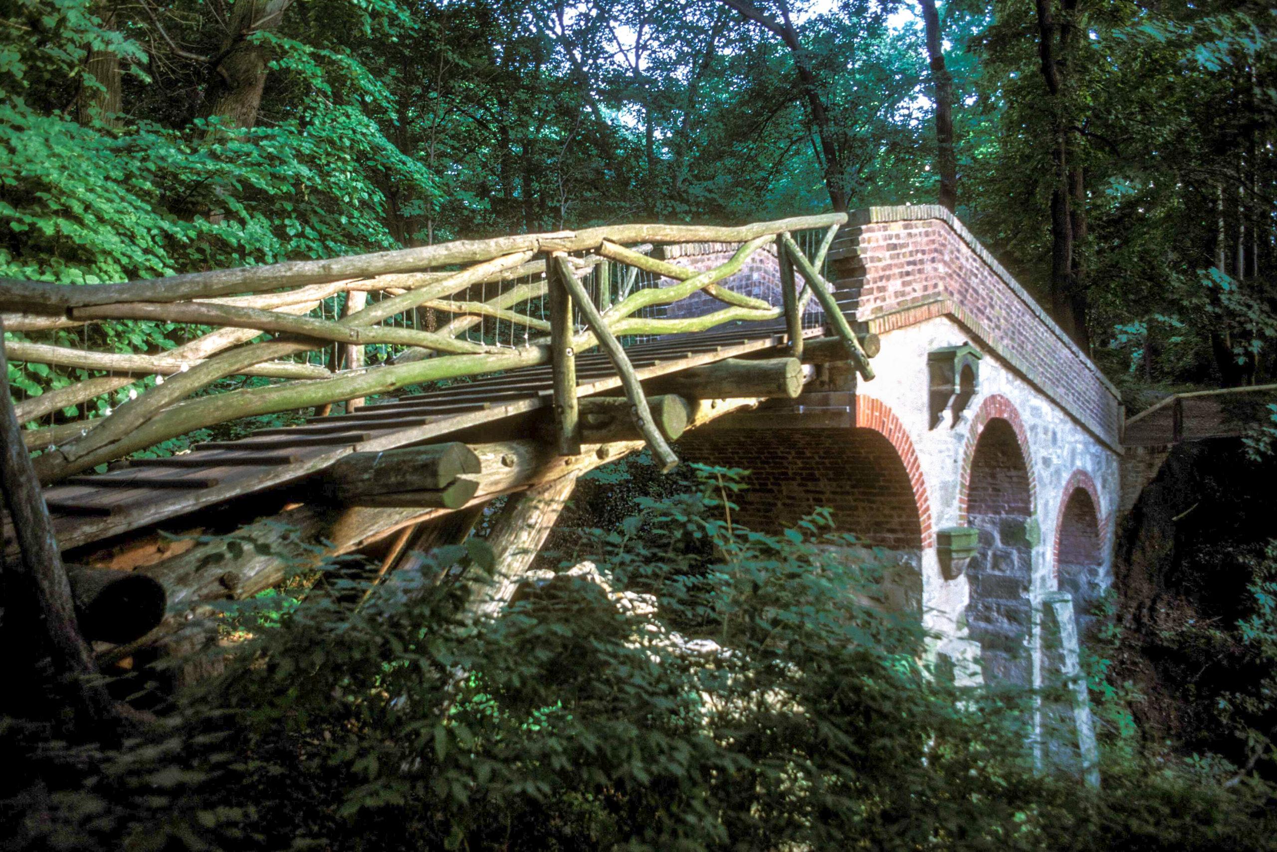 Märchen Berlin Die Brücke mit dem gruseligen Namen Teufelsbrücke wurde bereits als Ruine erbaut: Eigentlich ein friedvoller im Schlosspark Glienicke, an dem man jedoch nie allein zu sein scheint.