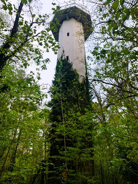 Märchen Berlin Ein verwunschener Turm, versteckt im Wald: Der Rapunzelturm im Grunewald wurde ursprünglich für Forschungszwecke der Technischen Universität erbaut, steht heute jedoch leer und versprüht märchenhafte Energie.