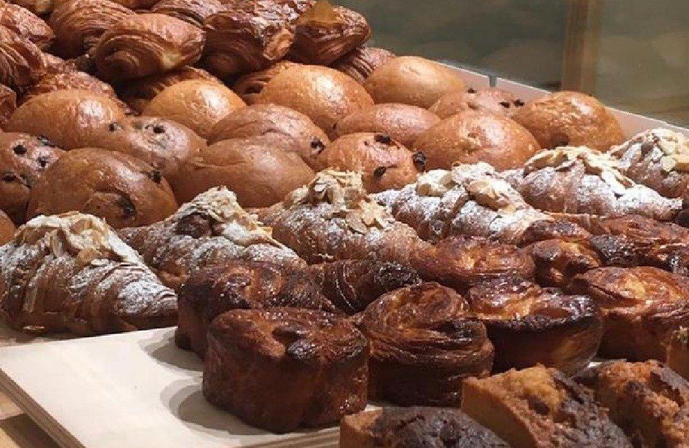Croissant mit Mandel, Kouign-Amann, Brioches und Financiers bei Gorilla Bakery in Berlin