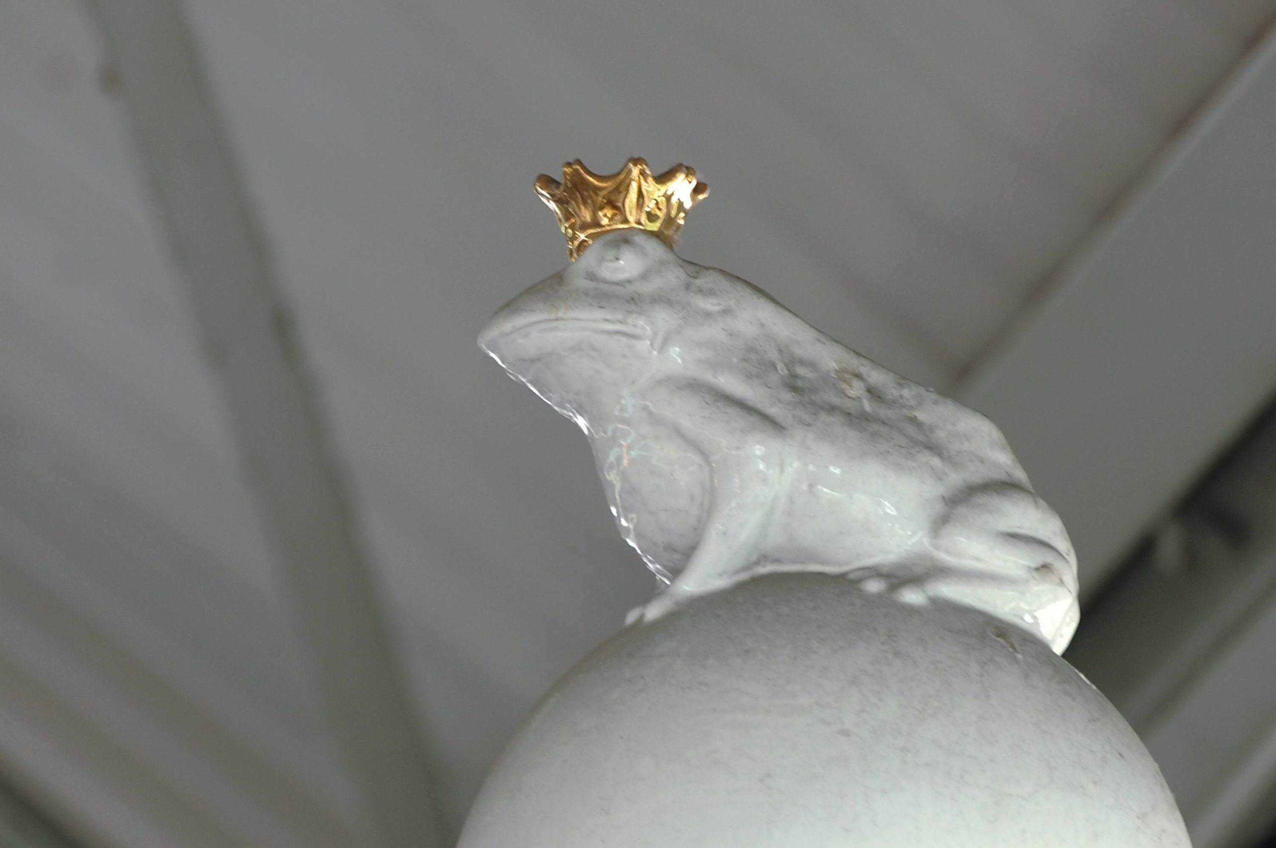 Märchen Berlin Die Magie steckt im Detail: Habt ihr schon einmal auf den Porzellan-Frosch mit dem goldenen Krönchen geachtet, der den U-Bahnhof Prinzenstraße märchenhaft verziert?