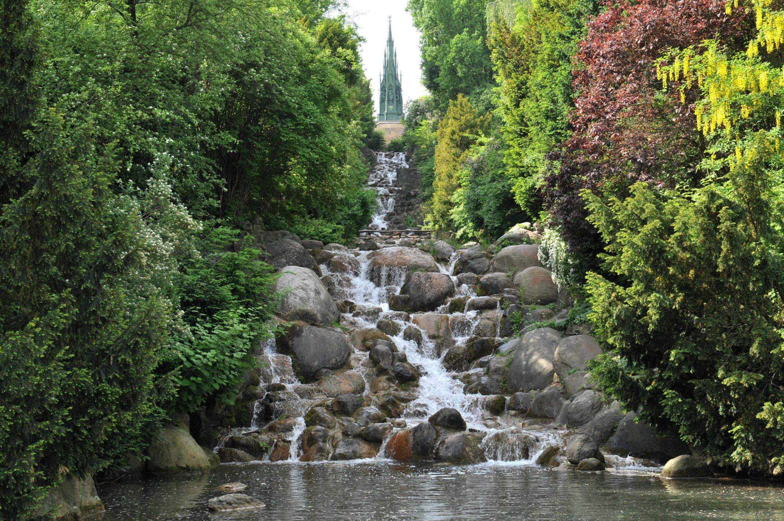 Märchen Berlin Der wilde Wasserfall im Viktoriapark Kreuzberg gibt eine wahrhaft märchenhafte Kulisse ab.