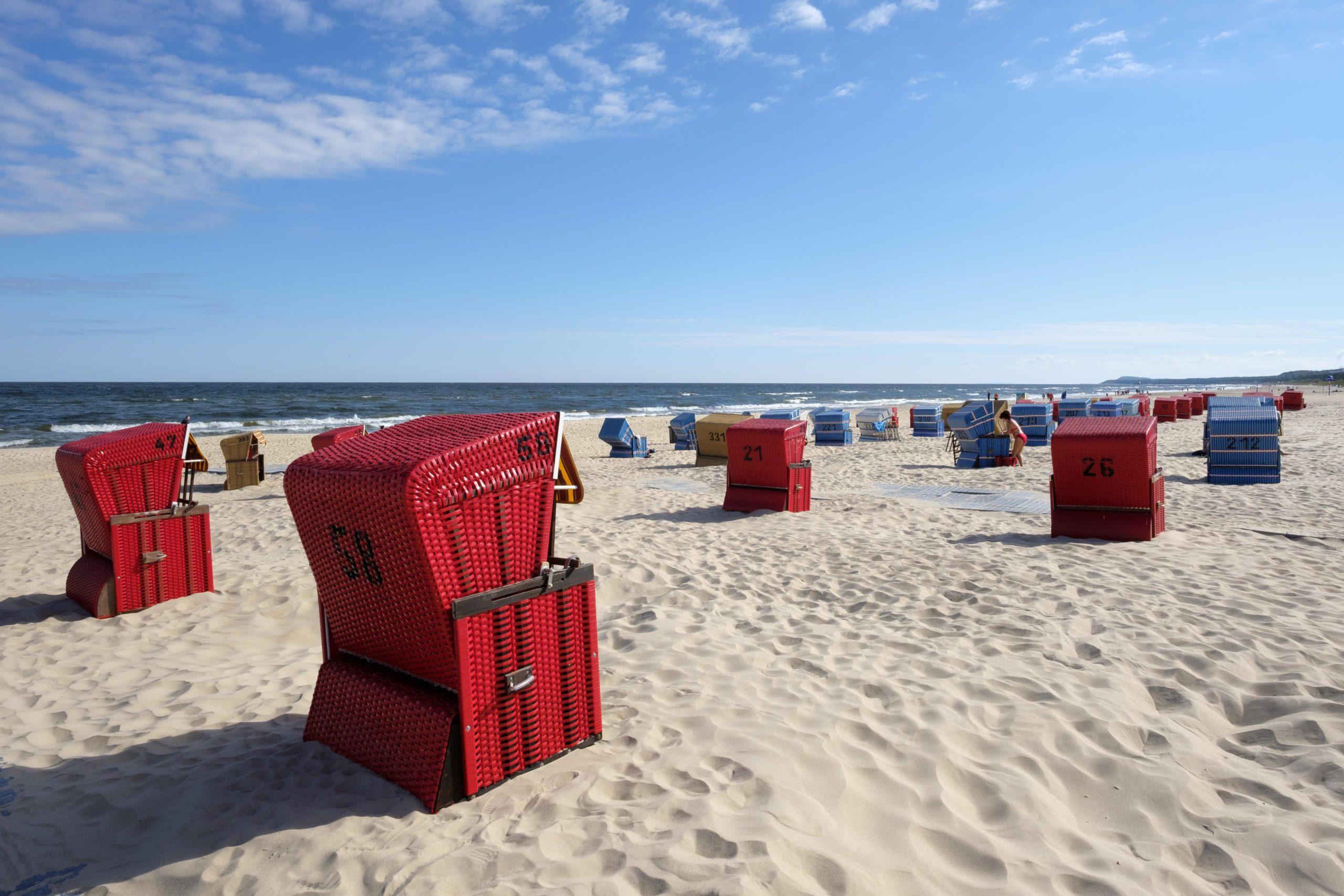 Schönste Strände Ostsee Am Strand in Trassenheide kommt echtes Urlaubsfeeling auf: Das seichte Wasser ist perfekt zum Baden und zieht Leute aller Couleur an.