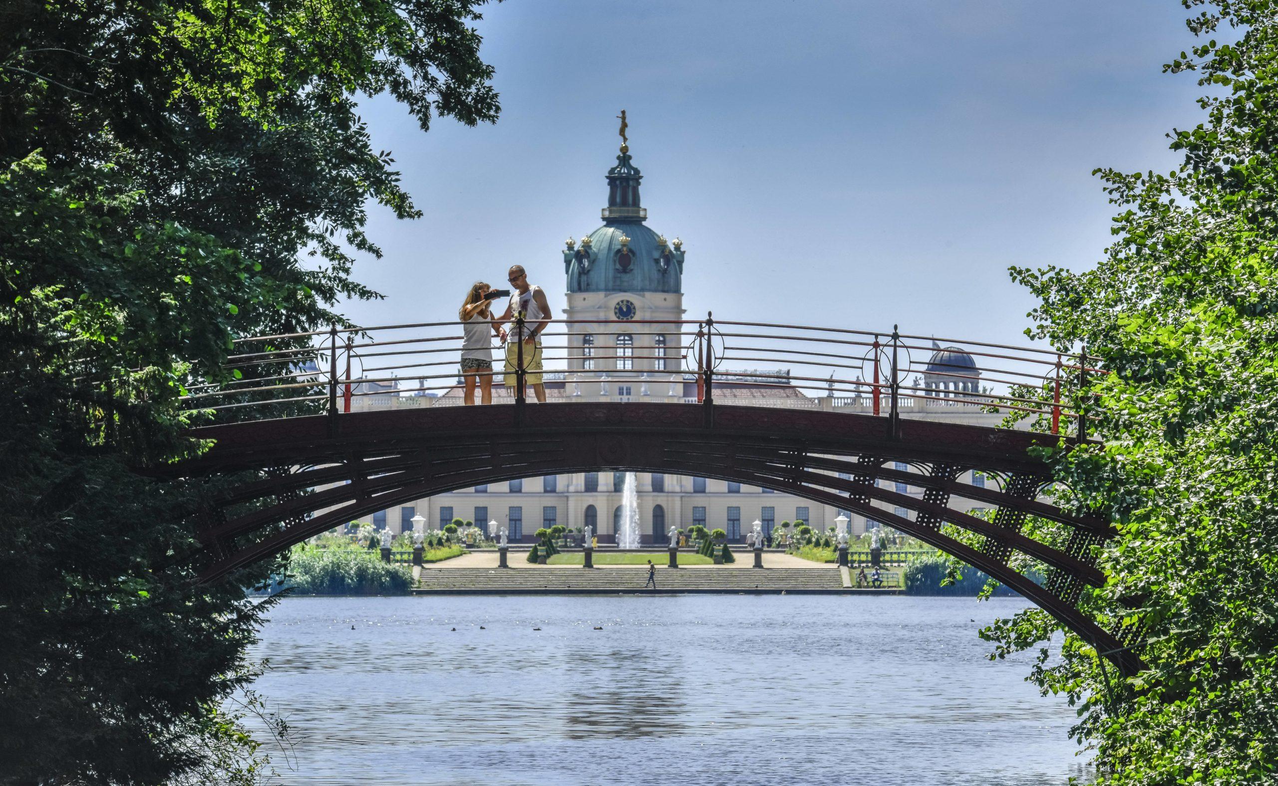 Märchen Berlin Im Schlosspark des prächtigen Schlosses Charlottenburg wird die Liebesgeschichte zwischen Sophie Charlotte,, der ersten Königin von Preußen, und ihrem Gemahl Friedrich spürbar.
