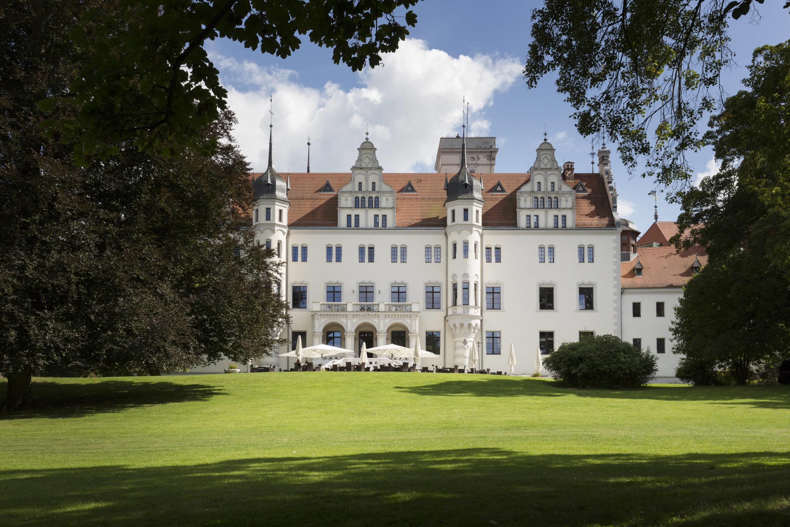 Reiterurlaub in einem frühmittelalterlichen Schloss? Das prächtige Schloss Boitzenburg in Brandenburg bietet Reiterferien an – auch für Anfänger:innen.