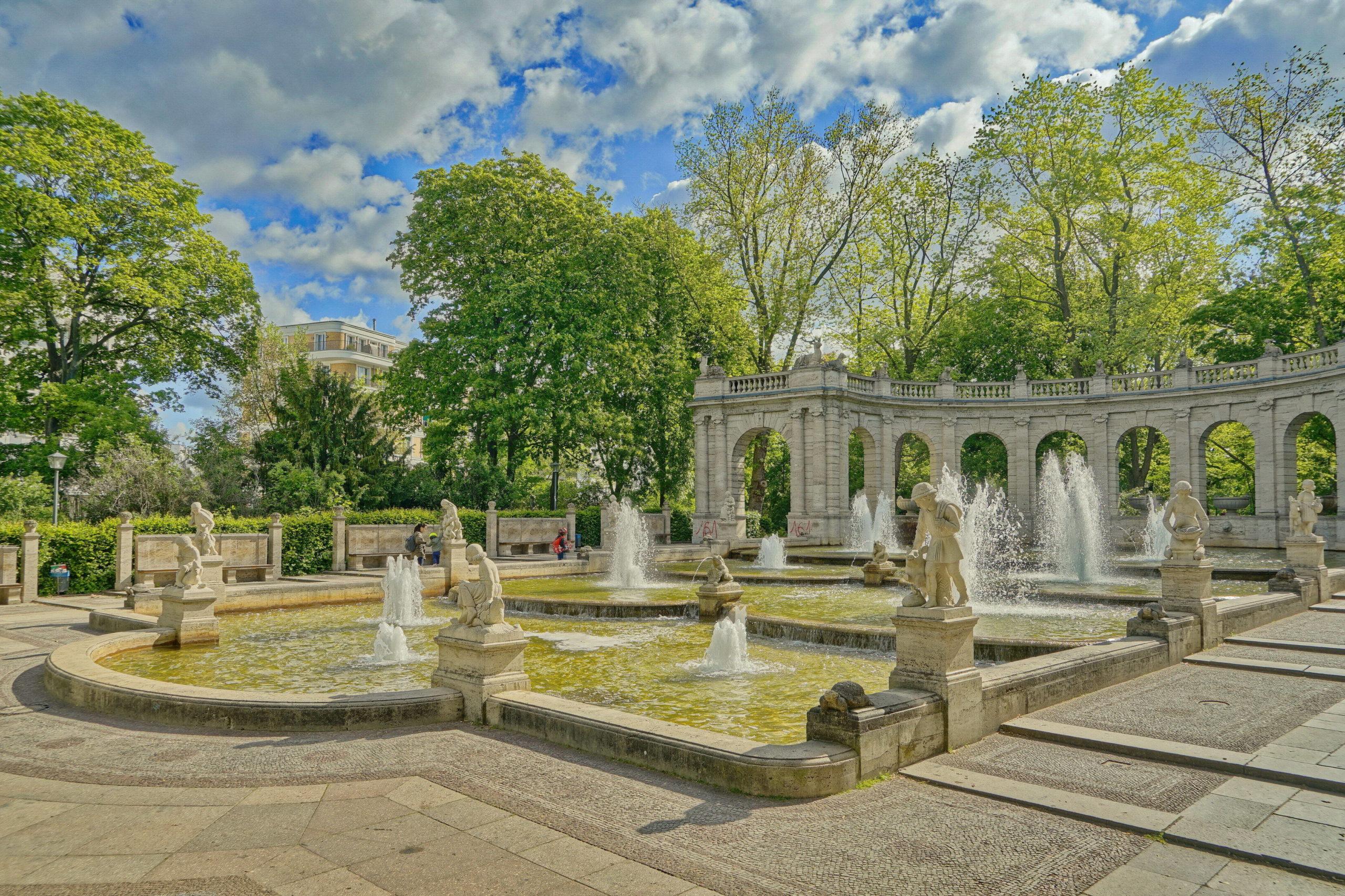 Märchen Berlin Der zauberhafte Märchenbrunnen im Volkspark Friedrichshain ist den schönsten Märchen der Gebrüder Grimm gewidmet: Am Beckenrand stehen und sitzen zum Beispiel Aschenputtel und die sieben Raben.