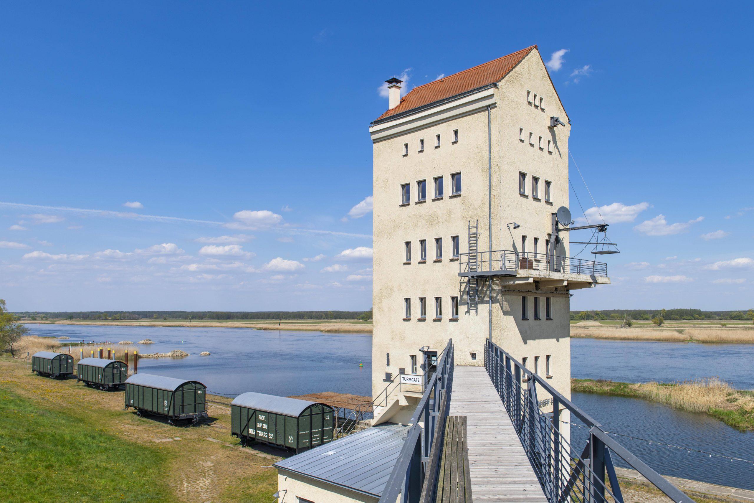 Umland Eine besondere Unterkunft befindet sich auch am Kulturhafen Groß Neuendorf: Hier kann man in einem gemütlichen Bahnwaggon ausspannen und den Blick auf die Oder genießen.