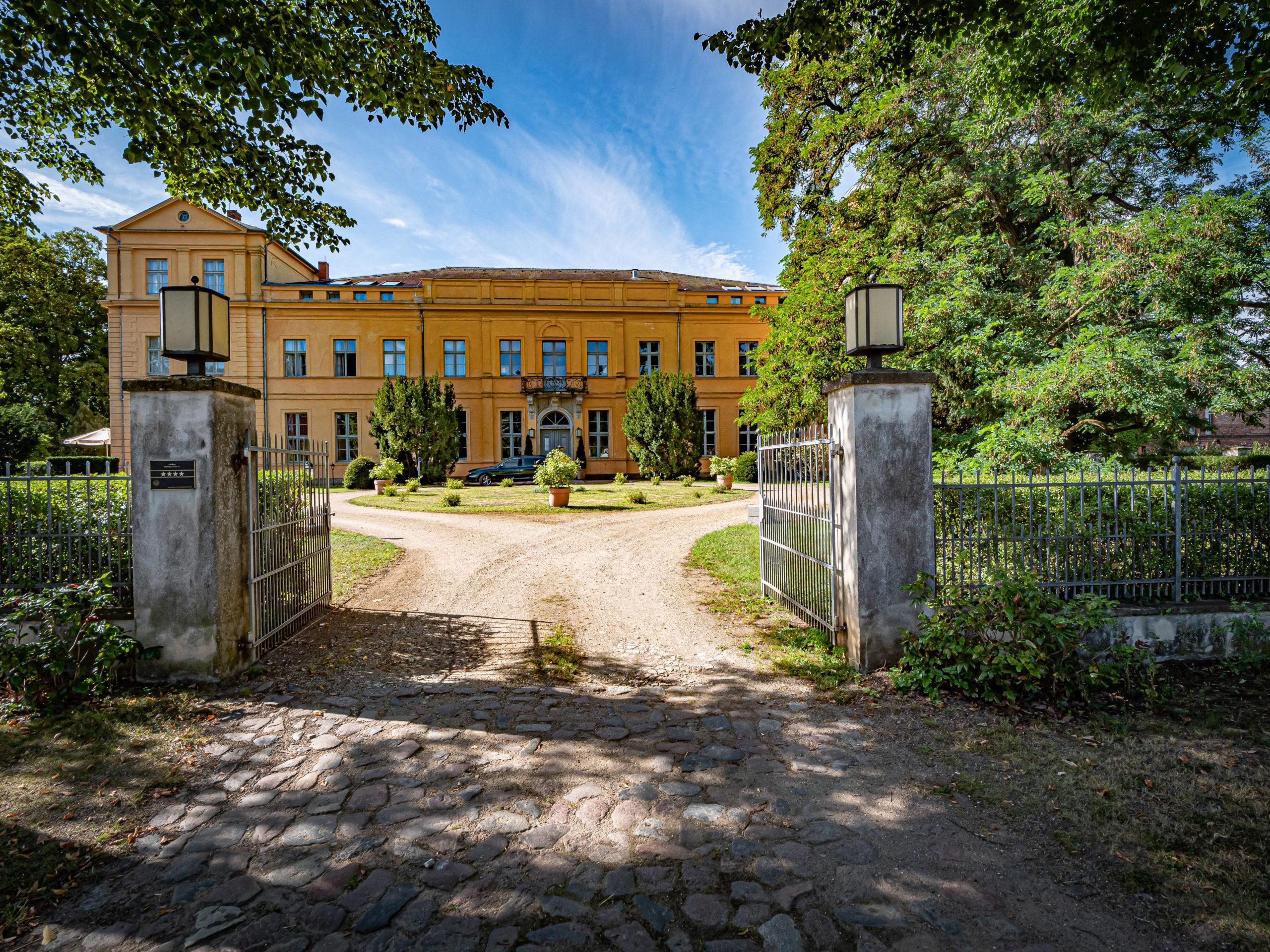 Umland Im romantischen Schloss Ziethen kann man in der Bibliothek stöbern und Brandenburgische Küche schlemmen.