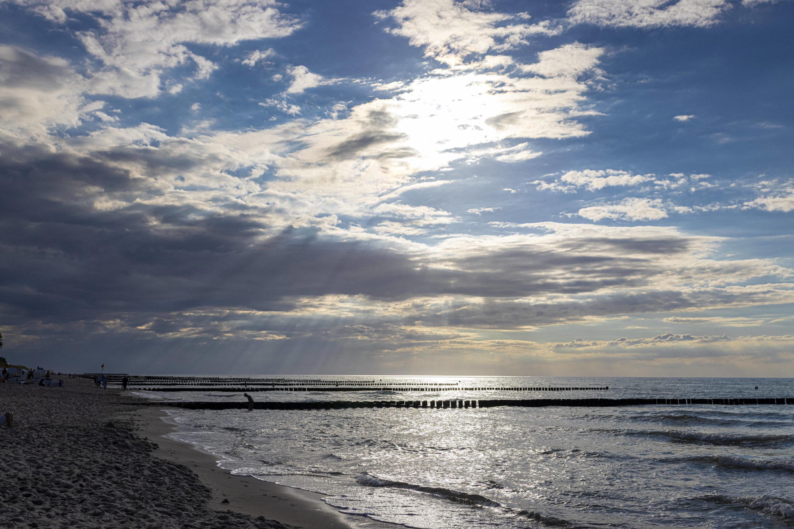 Schönste Strände Ostsee Eine Sinfonie aus Sonne, Sand und Himmelblau: Der Strand Ahrenshoop.