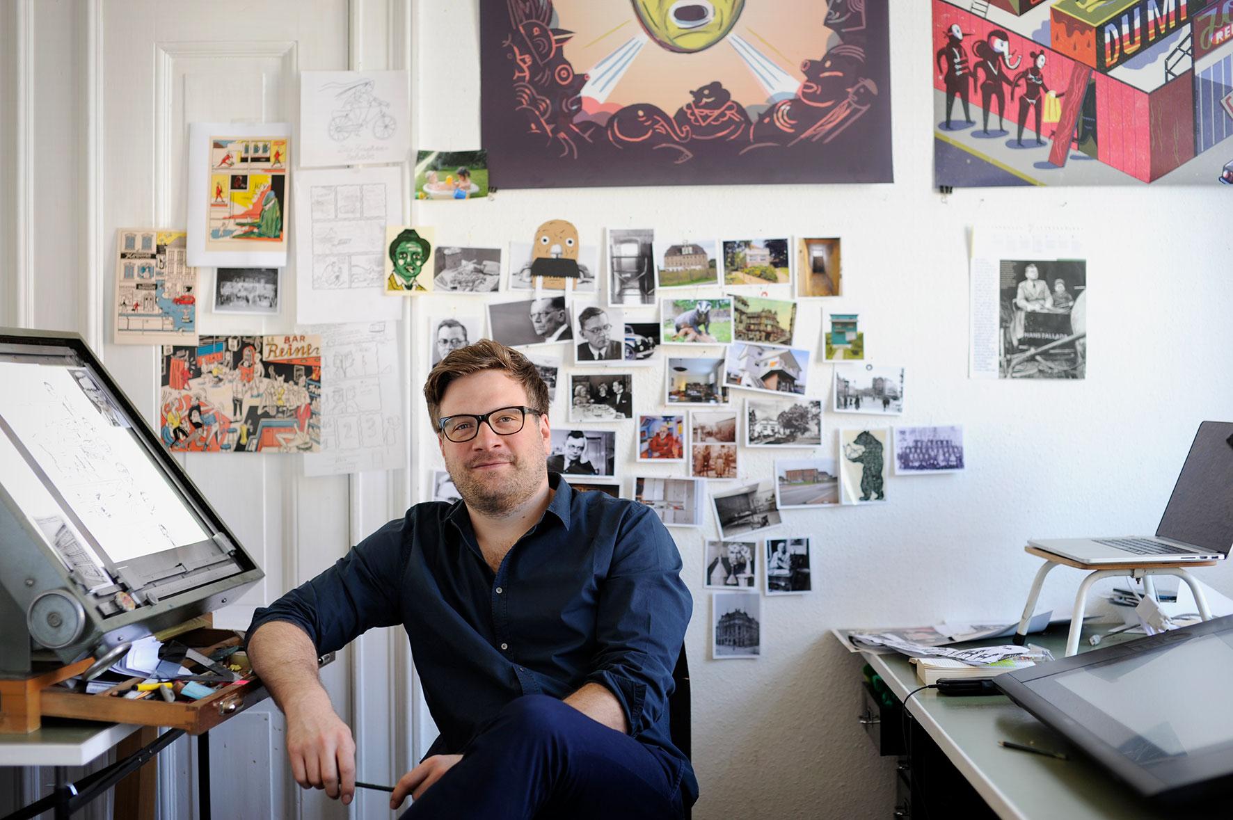 Der Berliner Illustrator und Comiczeichner Jakob Hinrichs in seinem Atelier. Foto: Iris Janke