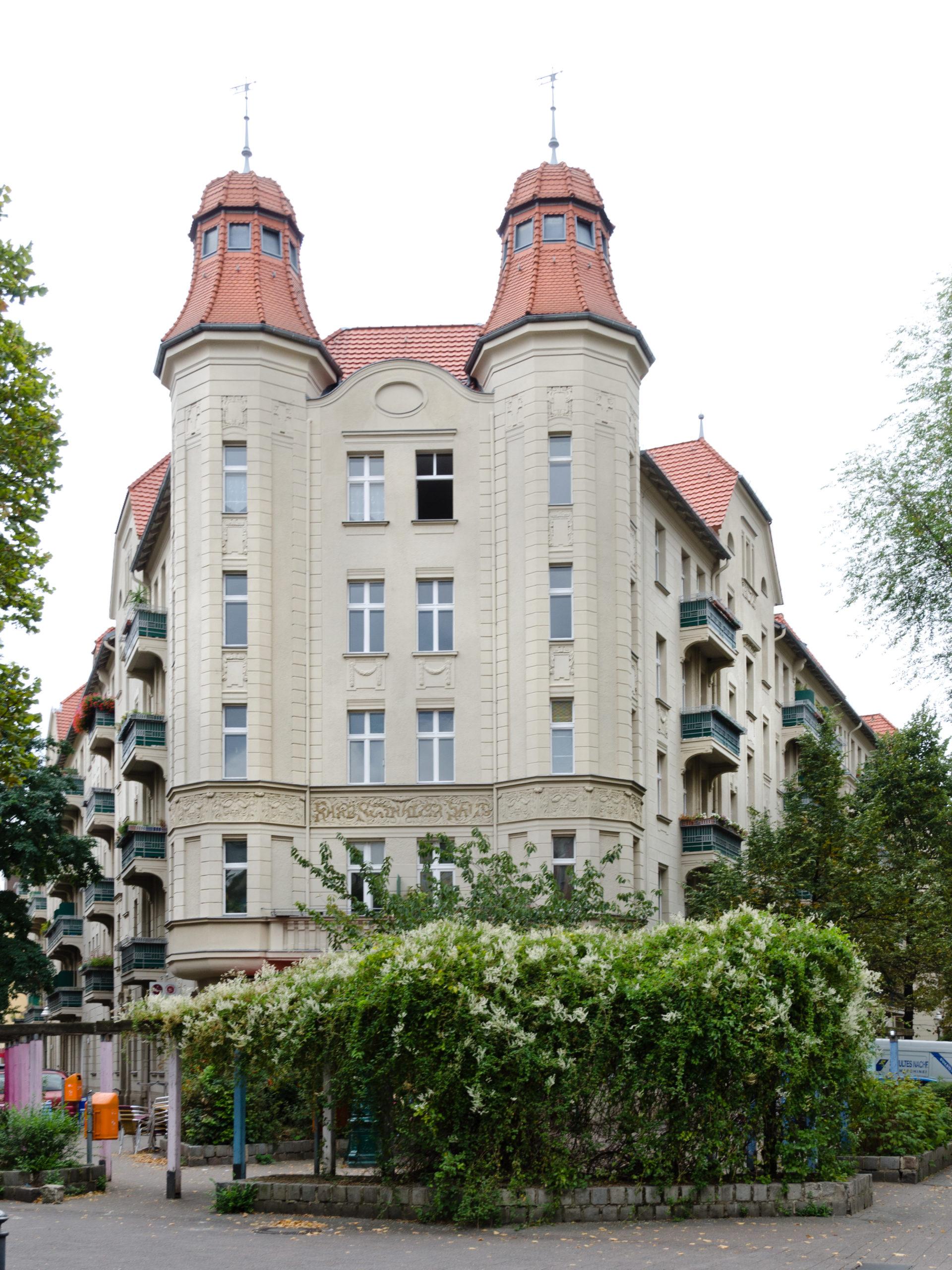 Das Karl-Schrader-Haus dominiert die Gegend rund um die Malplaquetstraße im Wedding. Foto: Schliwiju/Wikimedia Commons/CC BY-SA 4.0