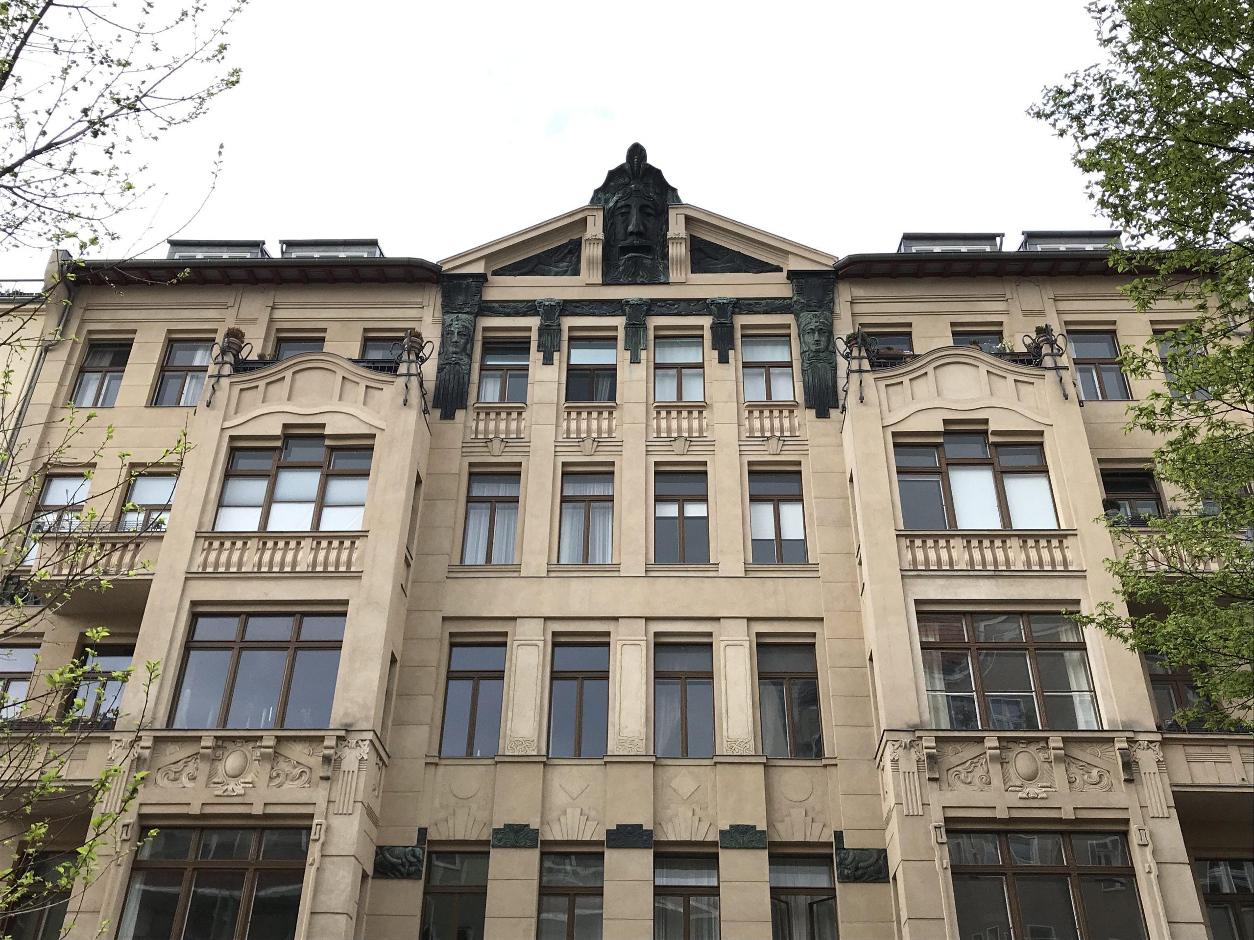 Jugendstil in Berlin: Von oben blickt ein Faun herab. Foto: tipBerlin