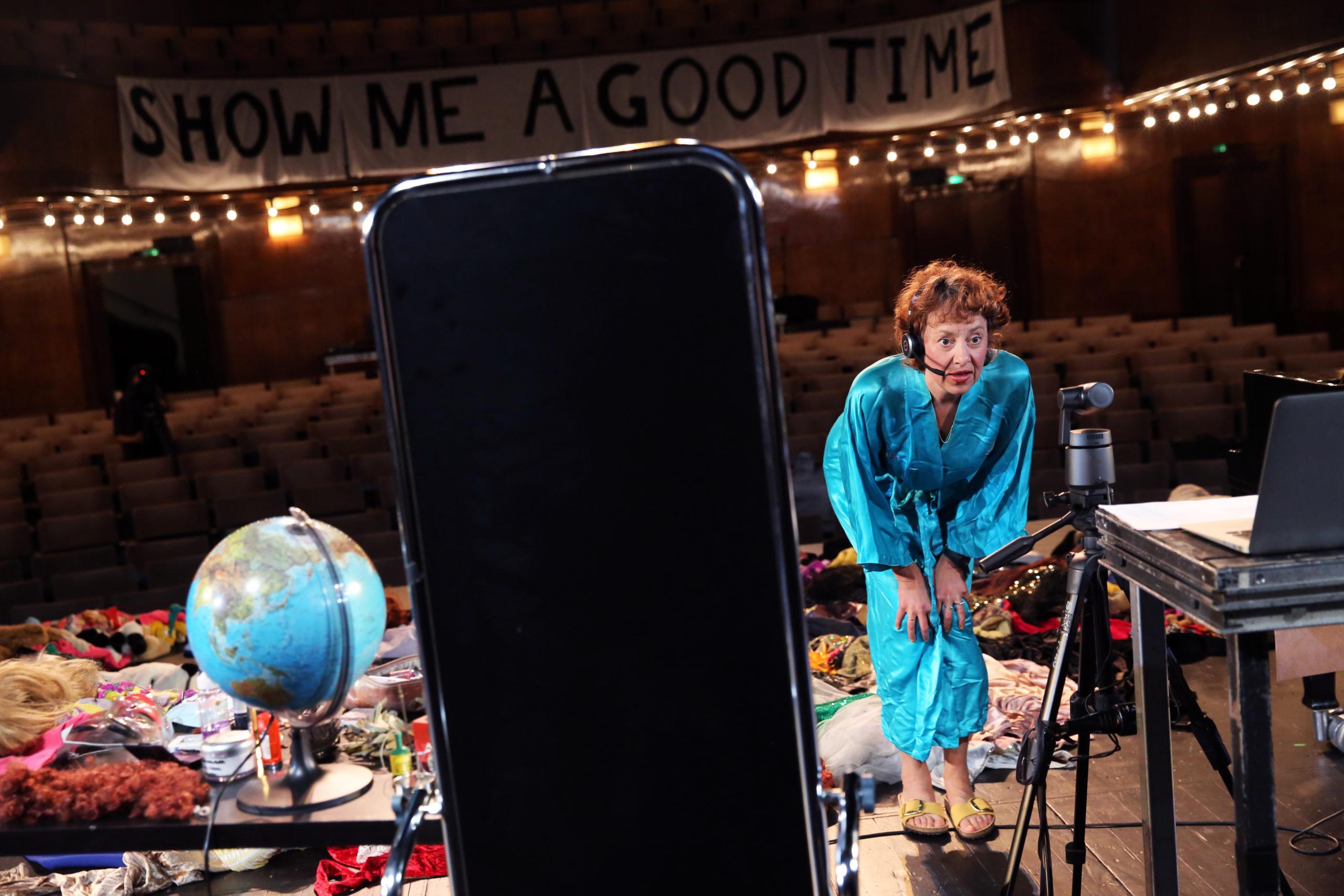 Theatertreffen: 12 Stunden spielt zum Beispiel das Künstlerkollektiv Gob Squad live in den Stream hinein. Foto: Dorothea Tuch