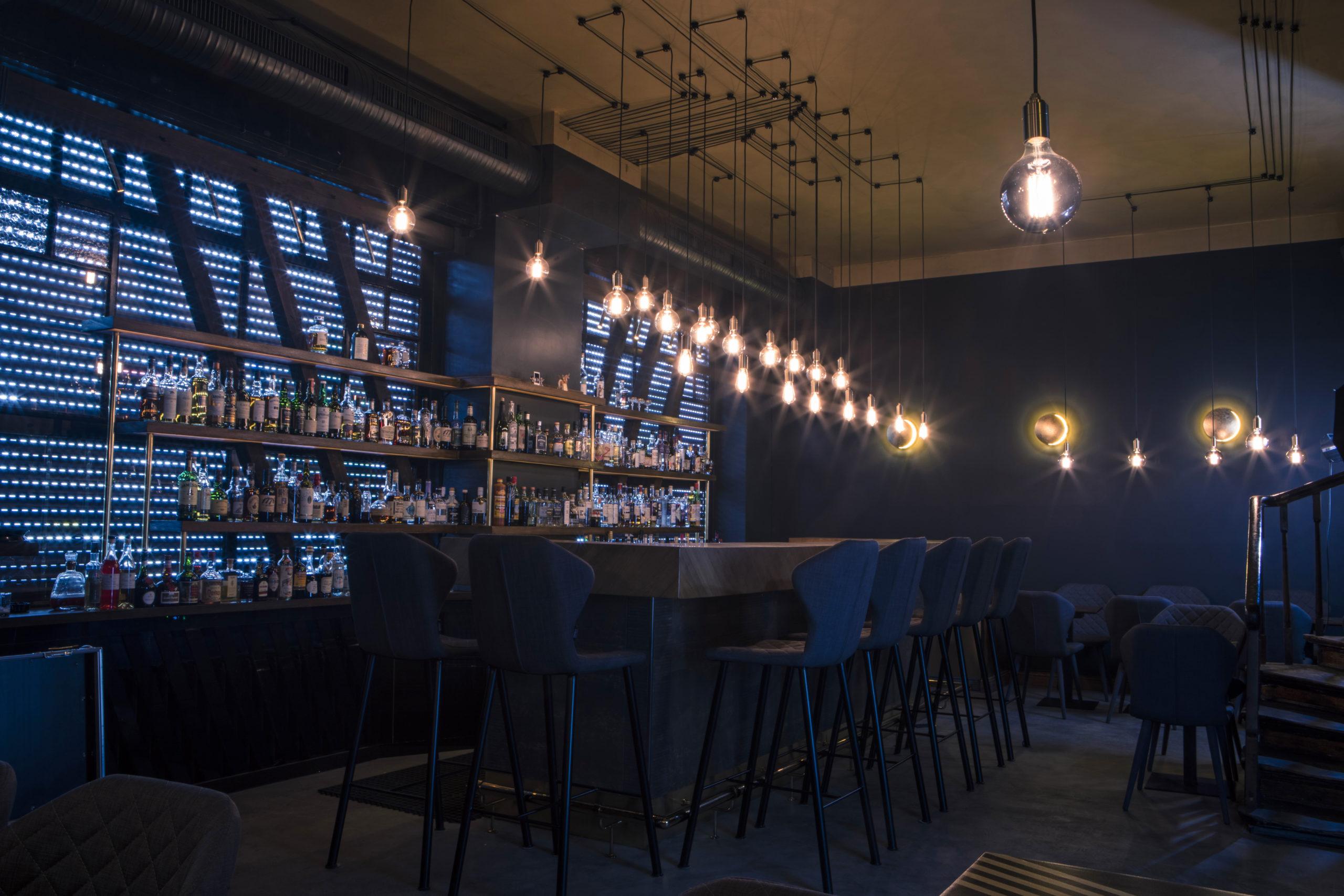 Außengastronomie öffnet in Berlin Velvet Bar Tresen Innenraum