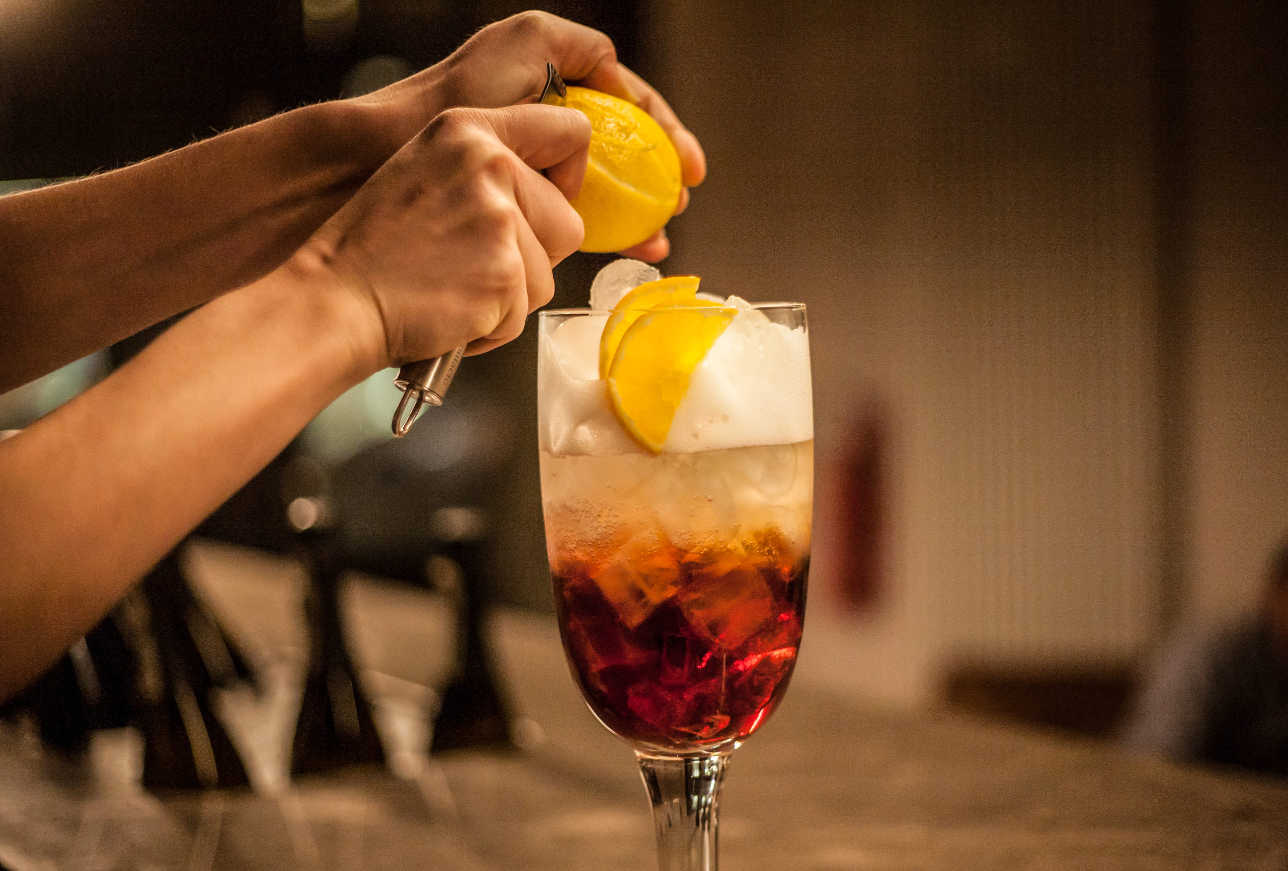 Apéro in Berlin Die Bar Milano versprüht Mailänder Flair. Neben spannenden Drinks gibt es typisch italienische Kleinigkeiten.