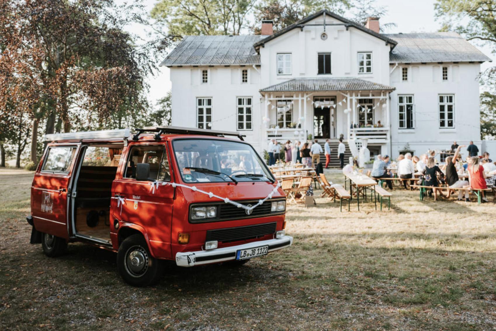 """Der Campingbus von Birte wird auch liebevoll """"Herr Brünsdorf"""" genannt. Foto: Robin Schmiedebach"""