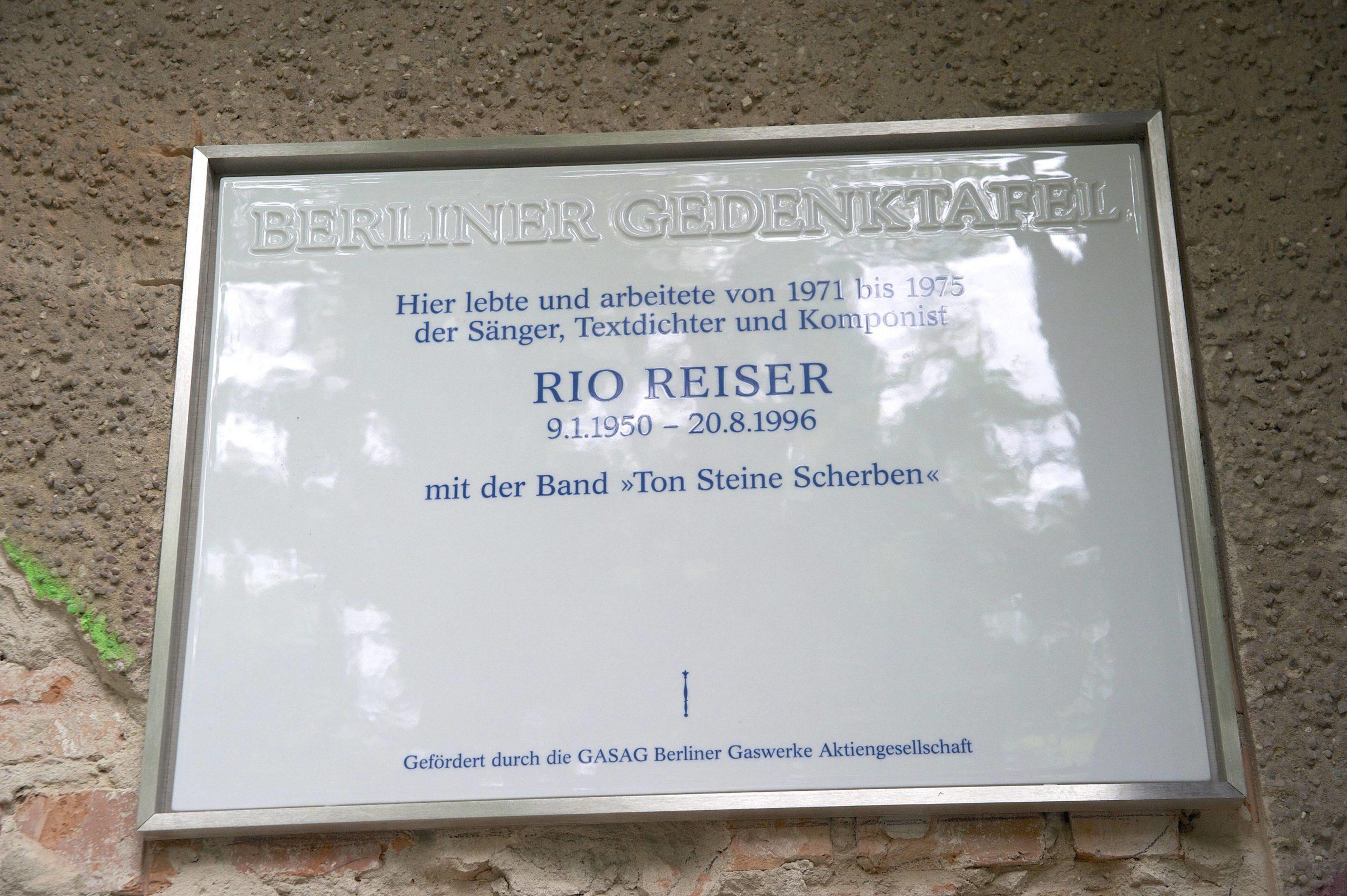17 Jahre nach seinem Tod erhielt der Sänger Rio Reiser am 20. August 2013 in Berlin eine Gedenktafel an seinem ehemaligen Wohnhaus am Tempelhofer Ufer 32 in Kreuzberg. Foto: Imago/epd