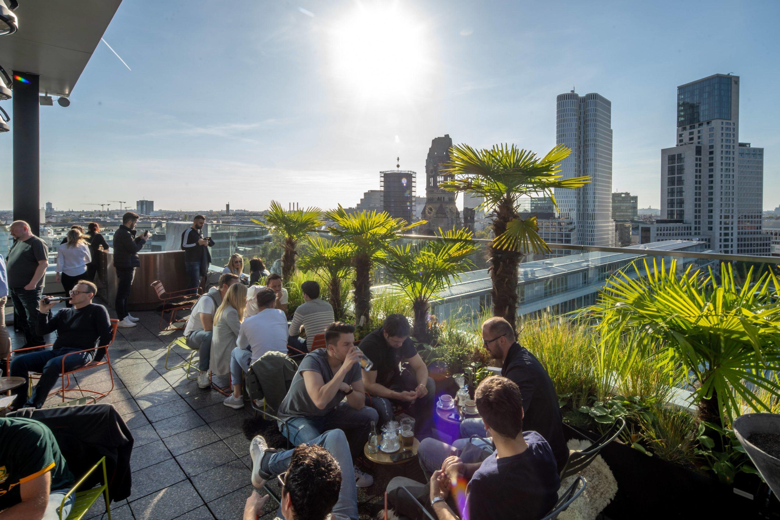 Auf dem Bikini Haus am Kudamm befindet sich eine der bekanntesten Rooftop-Bars der Stadt: Die Monkey Bar ist immer gut besucht. Bei diesem Ausblick verständlich.