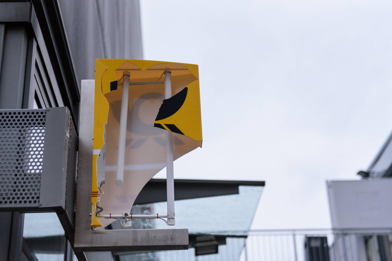 Kaputtes Reklameschild mit Firmenlogo der deutschen Post DHL an einem Einkaufszentrum in Hohenschönhausen. Foto: Imago/Christian Spicker