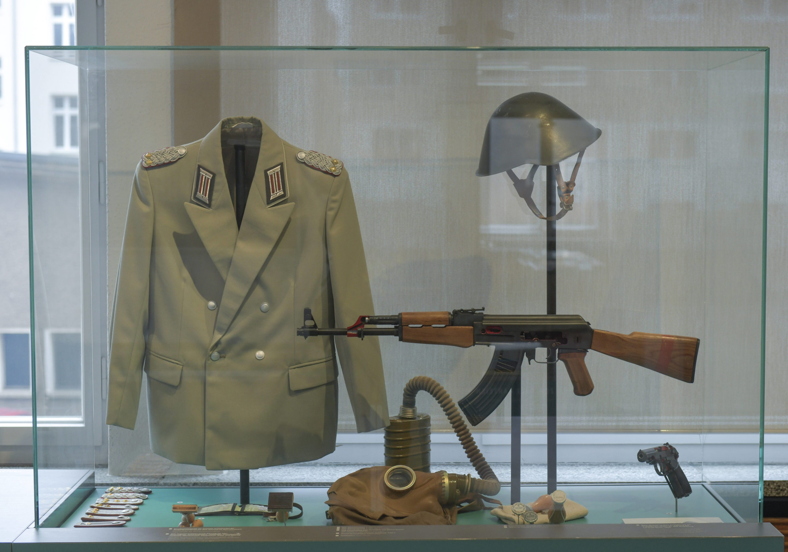 Uniformen, Waffen und andere Ausrüstungsgegenstände der Stasi kann man im Stasimuseum besichtigen. Foto: Imago/Schöning