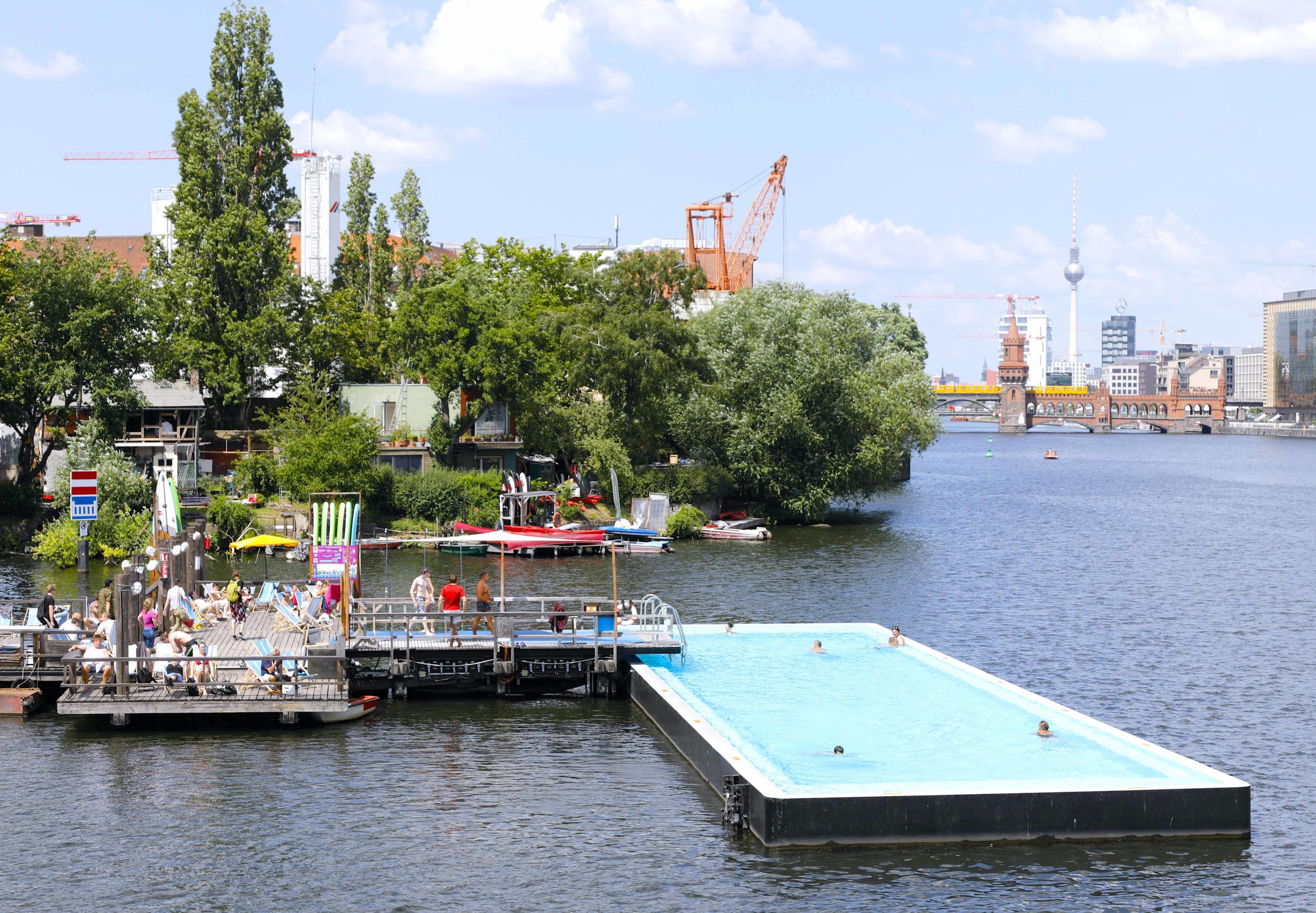 Das Badeschiff: eine schwimmende Badeanstalt inmitten der Spree Foto: Imago/Jochen Eckel