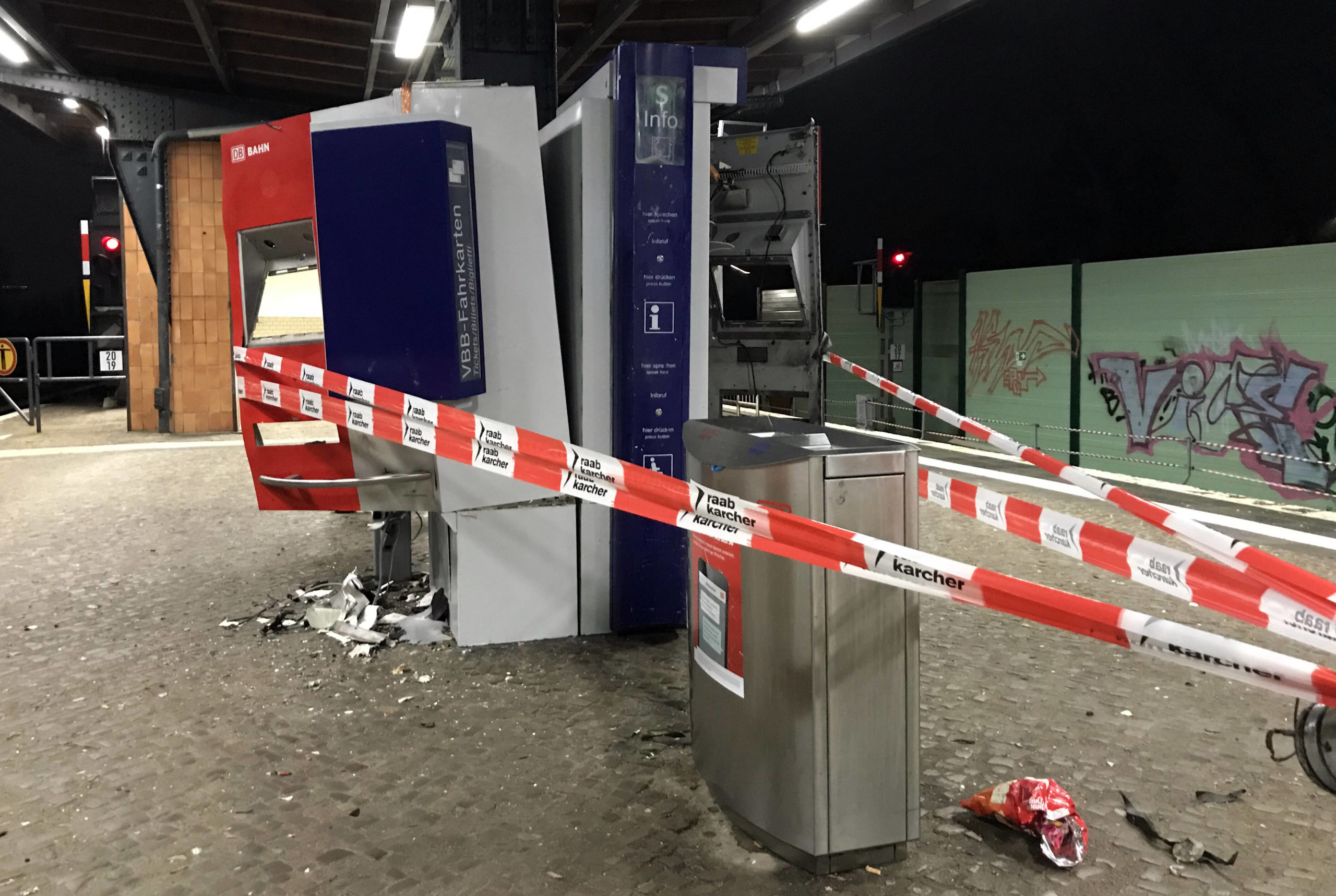 Kaputt in Berlin: Gesprengte Fahrkartenautomaten auf dem S-Bahnhof Attilastraße. Foto: Imago/Frank Sorge