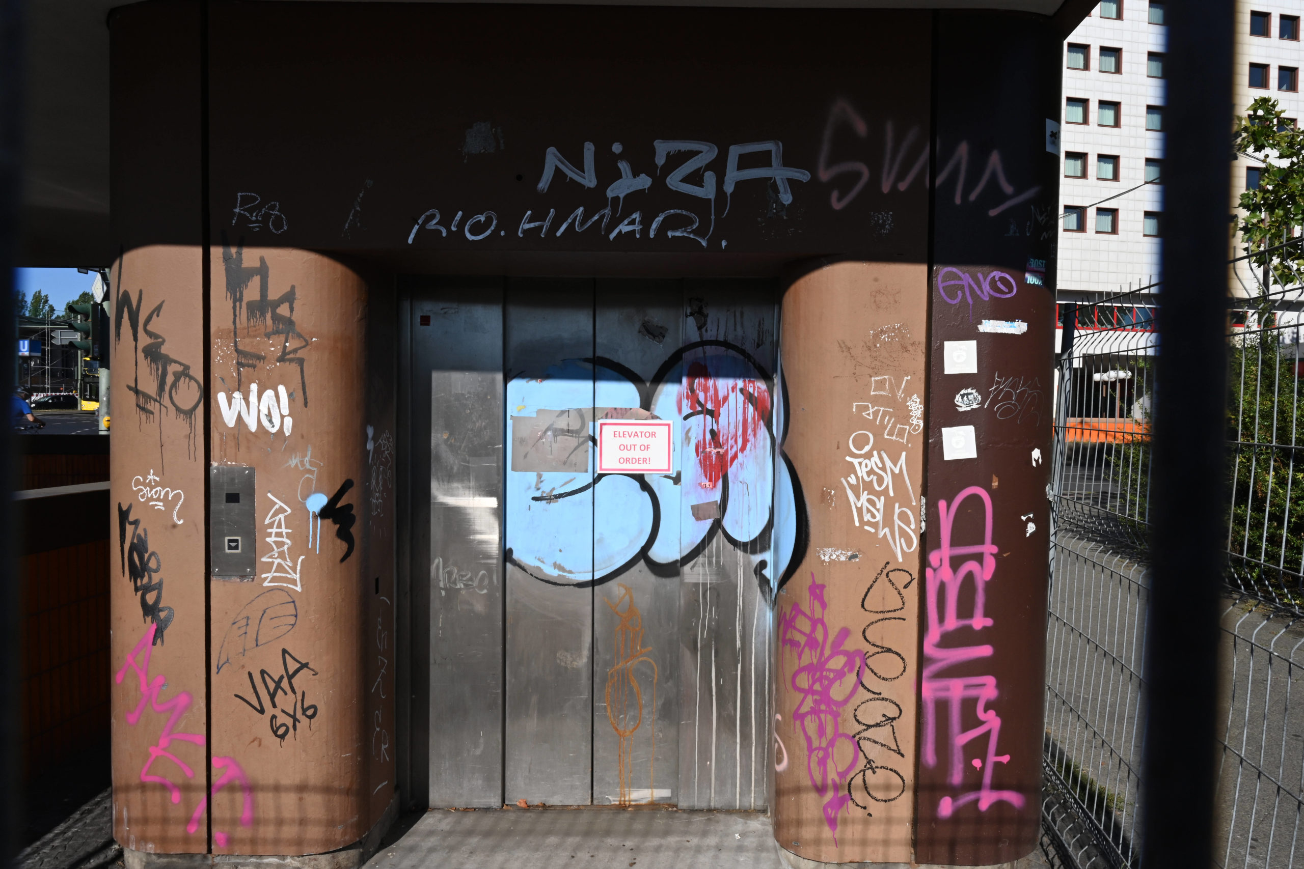 Kaputter Fahrstuhl zur Unterführung am Messedamm. Foto: Imago/Petra Schneider