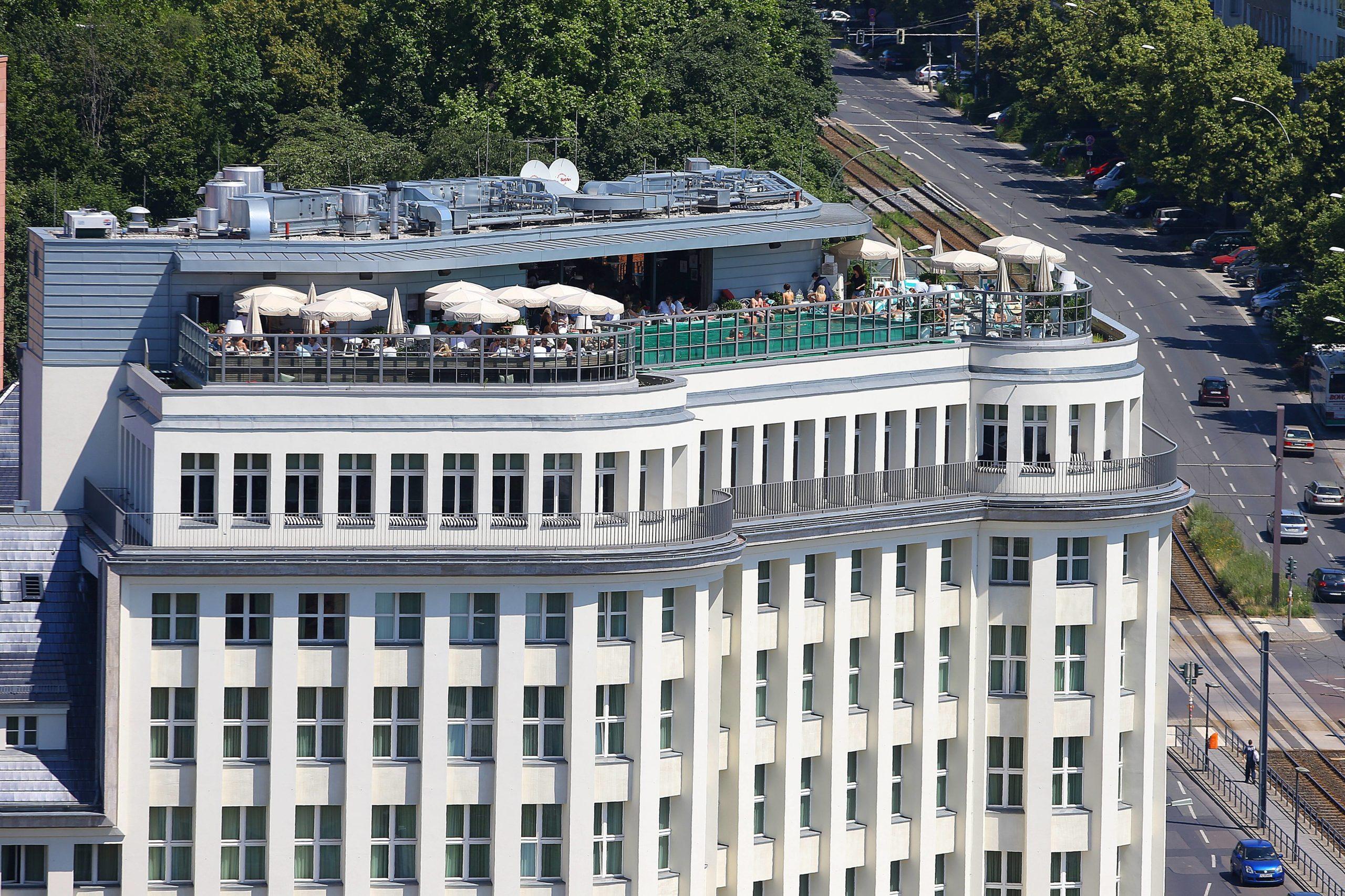 Das Soho House ist ein Privat-Club in Berlin Mitte. Toller Pool auf der Dachterrasse, leider kommt nicht jeder rein.