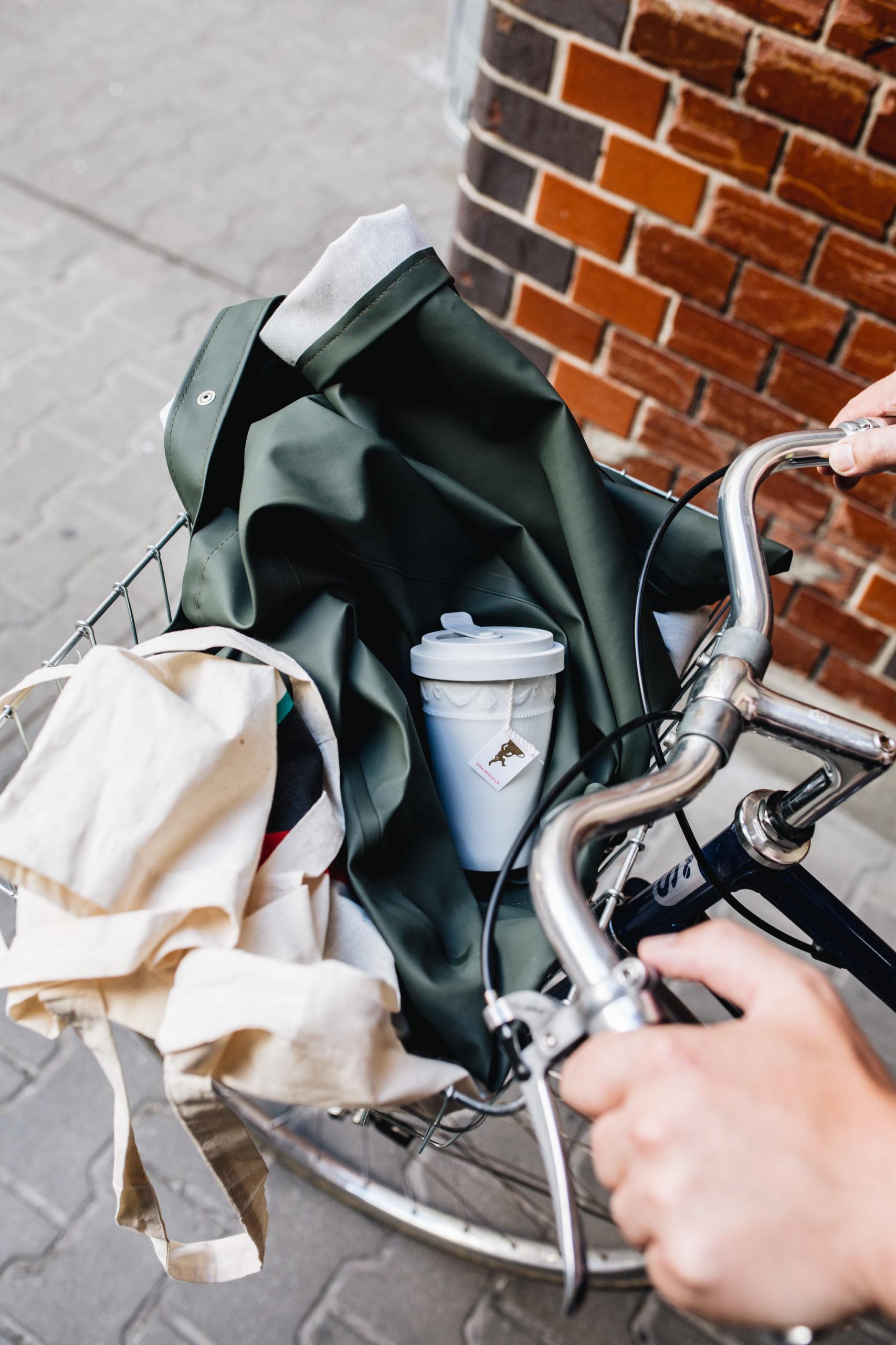 Stil Nie waren Kaffee und Tee to go schöner verpackt: Der To-go-Becher im Kurland-Design von der Königlichen Porzellan-Manufaktur Berlin ist eines unserer Highlights.