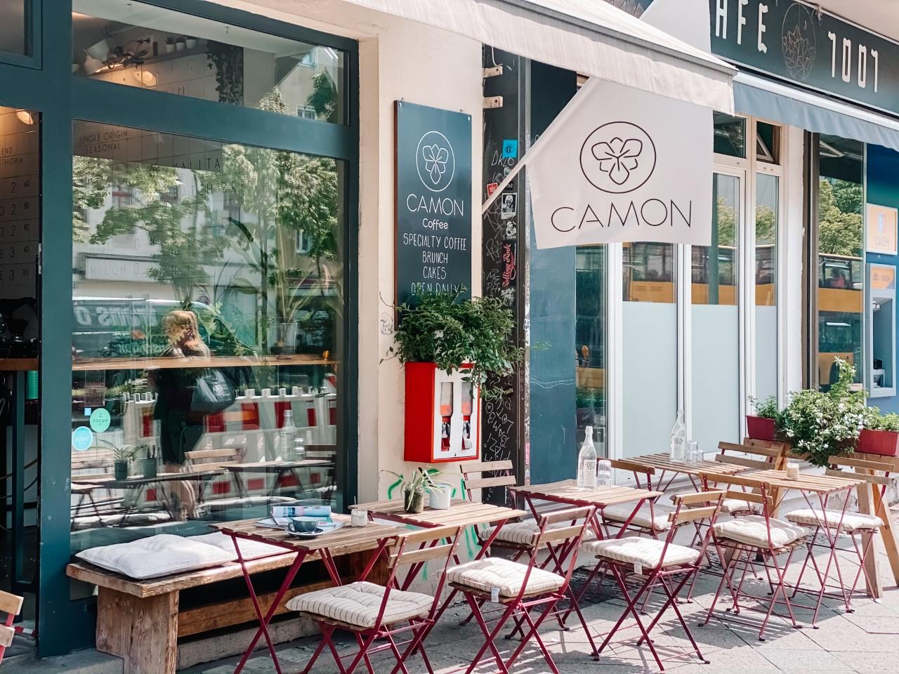 Cafés Berlin Die schönste Terrasse auf der Sonnenallee: Die leckeren Spezialitäten des Camon Coffee lassen sich auch vor dem Coffeeshop in der Sonne genießen.