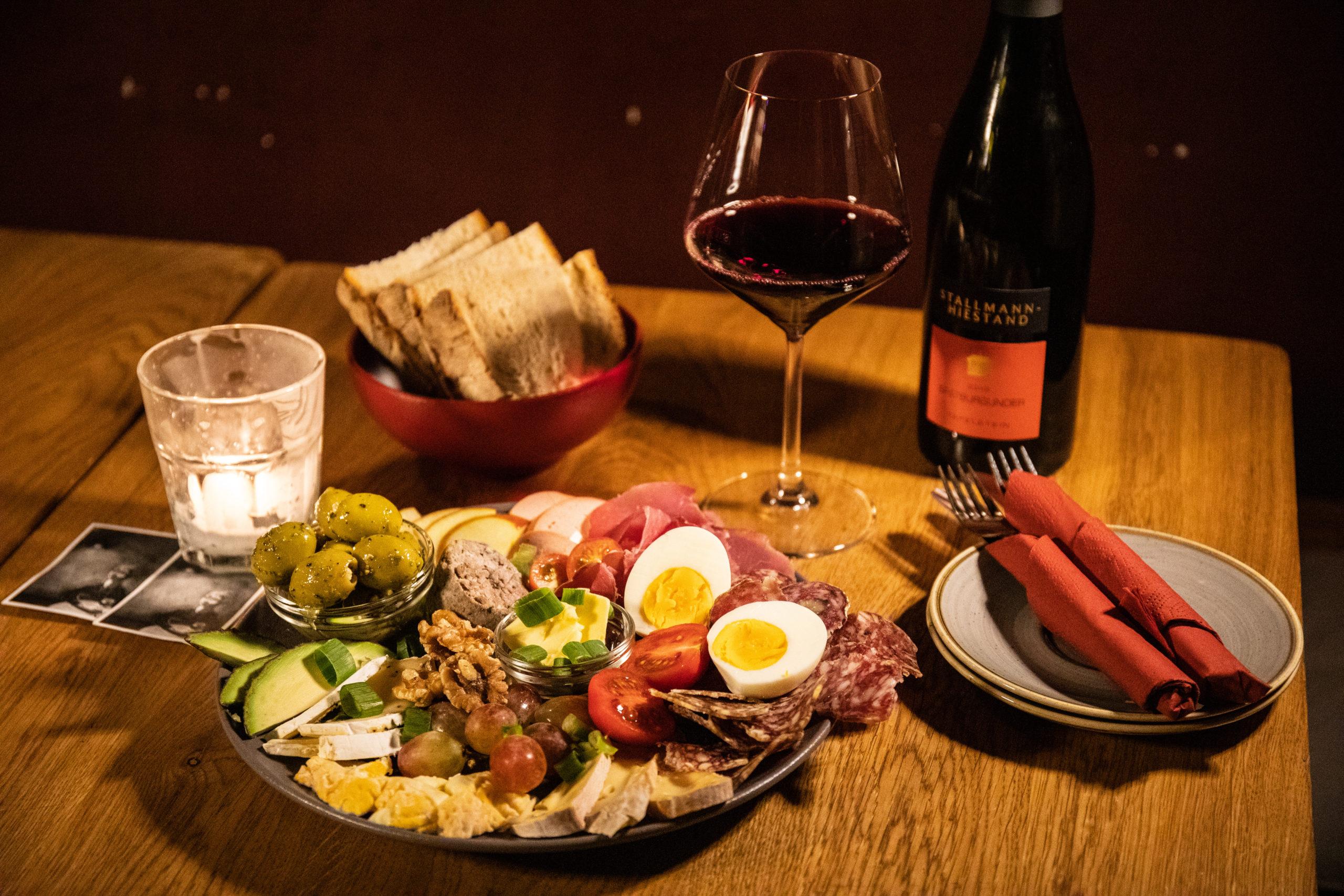 Apéro in Berlin Weine, fast zu Winzerpreisen, und Deftiges, das Appetit auf mehr macht gibt es beim entspannten Weinverein am Berg.